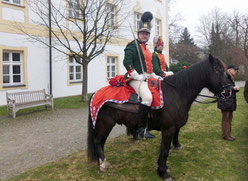 Ritt nach Freising 2013, vor der ehemaligen Kaserne heute Landratsam Herr Werner mit Sohn Vinzenz und den Pferden Achill und Teja