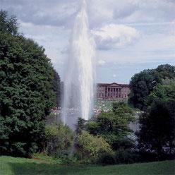 """Die """"Große Fontäne"""" im Teich vor dem Schloss."""