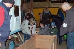 Bild: Damit in der Einrichtung zu Hause später alles klappt, übten Erzieherinnen und Paten gemeinsam die Montage der Bausätze.