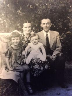 1951 mit den Eltern und dem Schwesterchen in Dielkirchen/Nordpfalz