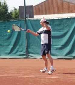Ernst Steinacher schlägt den Ball im Aufsteigen!