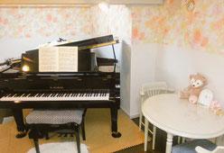 「あらかわ音楽教室 七里スタジオ」のレッスン室の一つ、花スタジオ。明るい室内にはカワイグランドピアノGS60が設置してあり、重厚で迫力のある音色を醸し出す。埼玉県さいたま市岩槻区加倉、城南、原町、本丸、小溝、柏崎、岩槻、本宿、府内、仲町からピアノ教室やバイオリン教室(ヴァイオリン教室)、音楽教室、リトミック教室に通う生徒が多い。