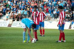 Pedro Carrión se dispone a lanzar el penalty que puso el 1-0 en el encuentro de ida.