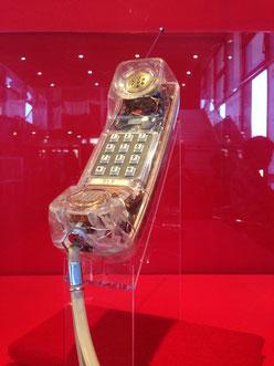 スケルトンの携帯電話は、iMACの初代モデルG3(右下)を想起させる