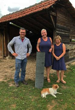 Alexander Terstegge von der Biostation Wildenrath mit Eigentümerin und Tochter