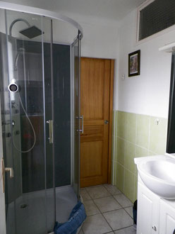 Salle d'eau et toilettes séparées