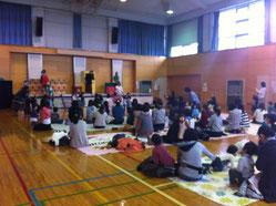 中山市民センターホールに約70組の親子が集まりました!この日もボランティア〜仕事の合間に忙しい毎日。師走ですね〜