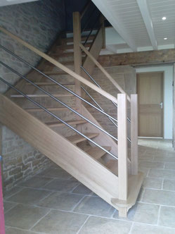 escalier 1/4 tournant au milieux situé le lond d'un mur