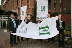 Hissen die Helios-Fahne am katholischen Klinikum (v.l.): Volker Meißner, Hans Walter Singer, Prof. Dr. Gunther Lauven, Tanja Olders, Tobias Bruckhaus, Anna Wassermann (Fotos: HELIOS)