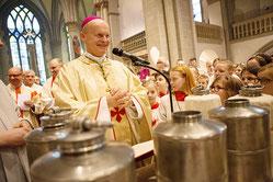 Bei der Messe weihte Bischof Overbeck die heiligen Öle.