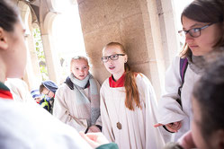 Im Domhof warteten über 600 Messdiener, dass sie in den Dom einziehen dürfen.