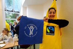 """Viele mannshohe Bananen waren im St. Hildegardis-Gymnasium unterwegs: Das Schulteam nahm die Auszeichnung """"Fairtrade-School"""" entgegen."""