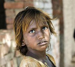 ... und ein Kind, das in einer Ziegelfabrik in Pakistan arbeitet. (Fotos: Jochen Hippler)