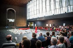 Die Tanzvorführung AlltagAlleMania des Kulturrucksack Projekts in der Liebfrauenkirche im Juli 2015. (WAZ-Foto: Fabian Strauch)