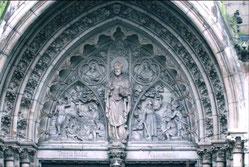 Der hl. Ludgerus über dem Portal der Ludgeruskirche in Neudorf