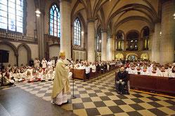 Bischof Overbeck kam bei der Predigt so nah wie möglich zu den Messdienern heran.