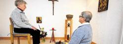 Schwester Agnes und Schwester Martina im hauseigenen Gebetsraum. Hier schöpfen sie Kraft für ihre Aufgaben.