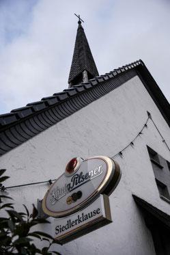 Die Siedlerklause ist die wohl einzige Kirche in Duisburg mit Köpi-Schild. (Foto: WAZ)