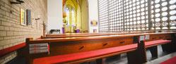 Die Wand mit der Vielzahl von runden Fenstern prägt den Innenraum der Karmelkirche am Innenhafen. (WAZ-Foto: Ute Gabriel)
