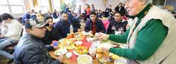 Beim gemeinsamen Frühstück kommen die Bewohner und zahlreiche Ehrenamtliche ins Gespräch. Rund 150 Ehrenamtliche engagieren sich in Neudorf. (WAZ-Foto: Stephan Eickershoff)