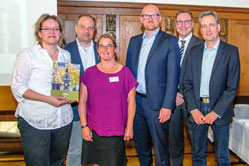 Auszeichnung am 29. Juni im Rathaus (v.l.n.r): Frau Wagemeyer, Herr Borzymski, Frau Roller, Oberbürgermeister Link, Herr Khayat (Umweltministerium NRW) und Herr Krumpholz (Umweltdezernent Duisburg)