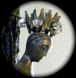 Eine mit Edelsteinen besetzte Krone trägt Christus am Kreuz in der Christ-König-Kirche