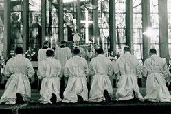 Fotos aus dem Bistumsarchiv zeigen die erste Priesterweihe im Bistum Essen im Jahr 1958.