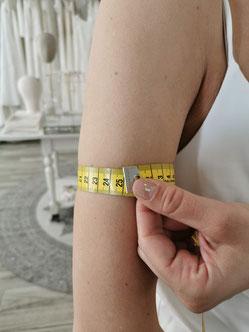 Beim Oberarmumfang soll das Maßband locker um den Oberarm gelegt werden. Dieses Maß brauchst du vor allem bei Tops mit Ärmeln.