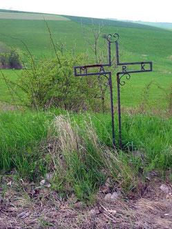 """Pluwig. L139. Unfallkreuz mit der Inschrift """"Mark"""" an der L138"""