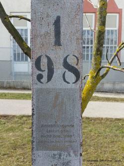 Straßenbahnlinie 360: Aufschrift eines Fahrleitungsmastes (Nr. 198)