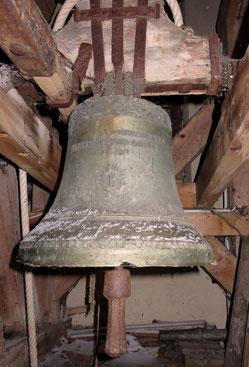 La fameuse cloche de 1733. Les coups de burin sont encore visibles près de trois siècles plus tard