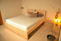 Bett und Sideboard aus Ahornholz