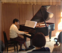 ピアノを弾く生徒さん