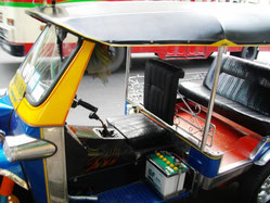 バンコク市内のTUKTUK(トゥクトゥク)は人々の足として活躍しています