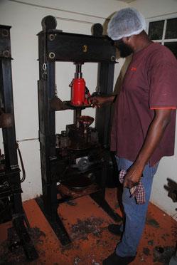 Kakaobutter wird gepresst, Rest wird zu Kakaopulver verarbeitet. Jede Tafel Schokolade wird per Hand eingepackt.