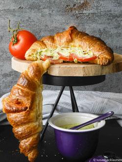 Croissant mit Tomaten und Avocado-Dip