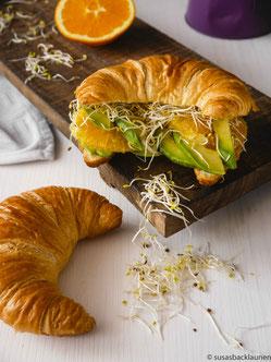 Croissant mit Orange, Avocado und Sprossen