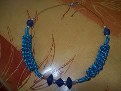 Collier wire bleu