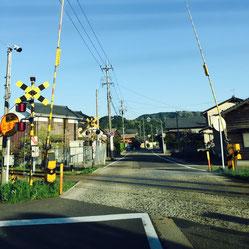 福井市中心部から前川医院への道順④。この踏切を超えて直進します。