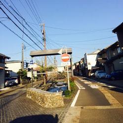 福井市中心部から前川医院への道順⑥。道が二またに分かれますが、左に進みます。右は一方通行で、進入できません。