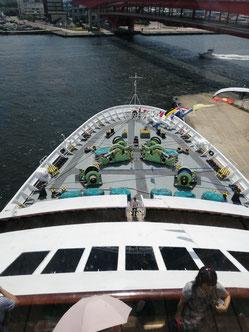 オーシャンドリーム号の船首
