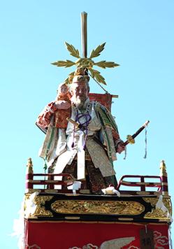 武内宿禰(たけうちの すくね)肩に抱いているのは応神天皇