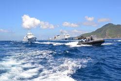 7日、尖閣諸島の魚釣島周辺海域を並走する中国海警局の船「海警2166」と日本の巡視船、ボート(仲間均市議提供)