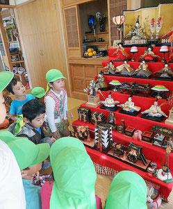 豪華なひな飾りに大喜びの子どもたち=3日、竹富島細原家