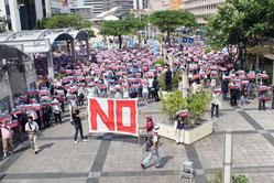 集まった市民らは「辺野古新基地NO」のボードを手に声を上げた=9日、県民広場(県庁前)