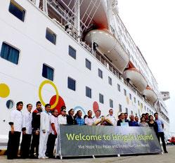 今年初めての寄港でカール船長らを歓迎した=石垣港