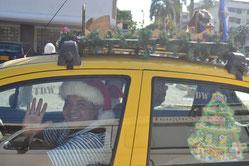 Nos topamos este taxista que llevaba todo arreglado para Navidad: su gorro y un nacimiento en el techo del carro.