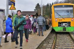 Seit dem 11.12.2016 könen wieder Kinder wie Erwachsene an der Bahnhaltestelle Grub in den Zug ein- und aussteigen.