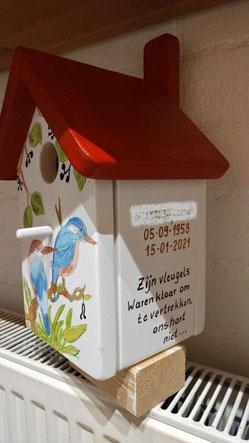 Nestkastje gepersonifieerd, beschilderd, rood dak, mooi vogelhuis