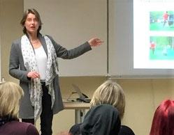 """Hier wäre ein Bild zu sehen von Birgit Kohlrausch bei einem Vortrag zu """"Der Hund als Lernpartner - Mehrwert oder Spinnerei?"""""""